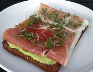 Rugbrød med avocado og skinke - Mors Mad